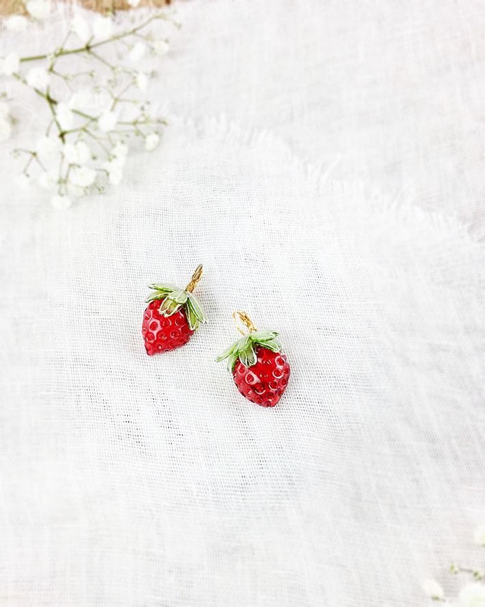 boucles Mini fraises faites à la main chez Ciléa bijoux